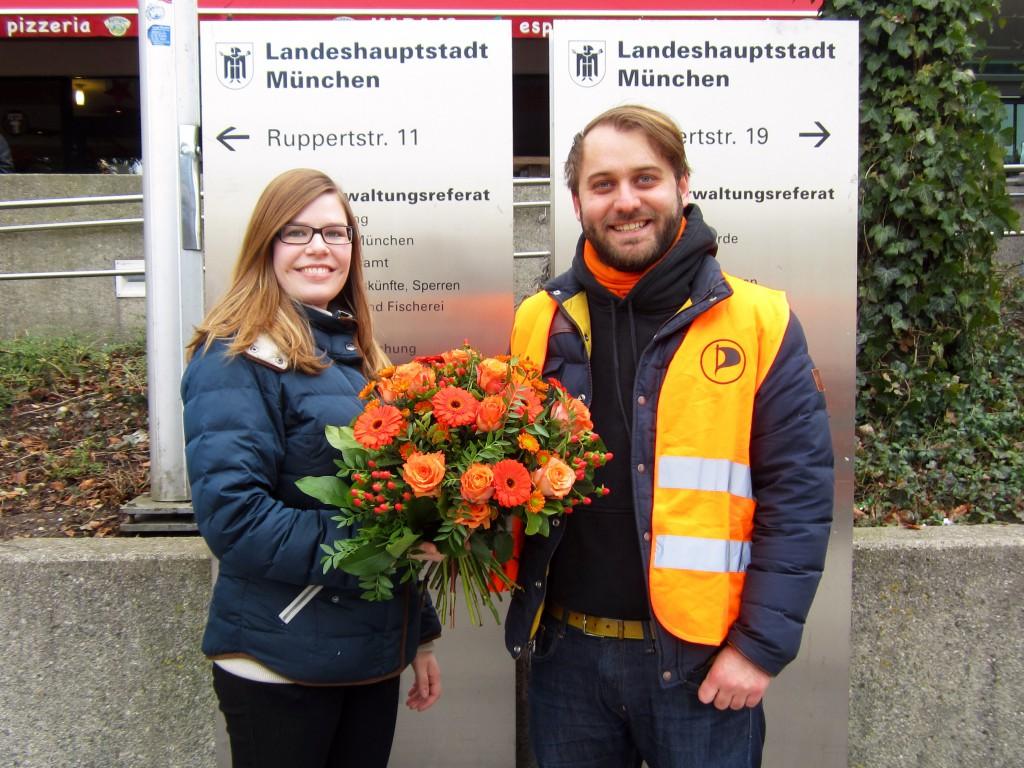 Vorstandsvorsitzender Florian Deissenrieder übergibt Studentin Maria Hansen die Blumen.