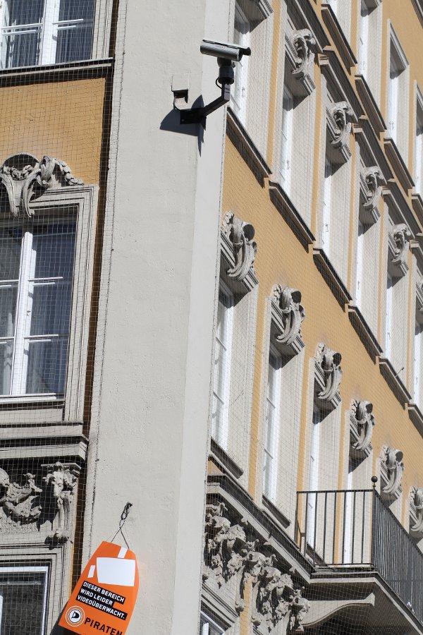 So schaut Kennzeichnung von Videoüberwachung aus, liebe Stadt München. (Die Abschaltung der nutzlosen Überwachung wäre natürlich noch besser als die Kennzeichnung)